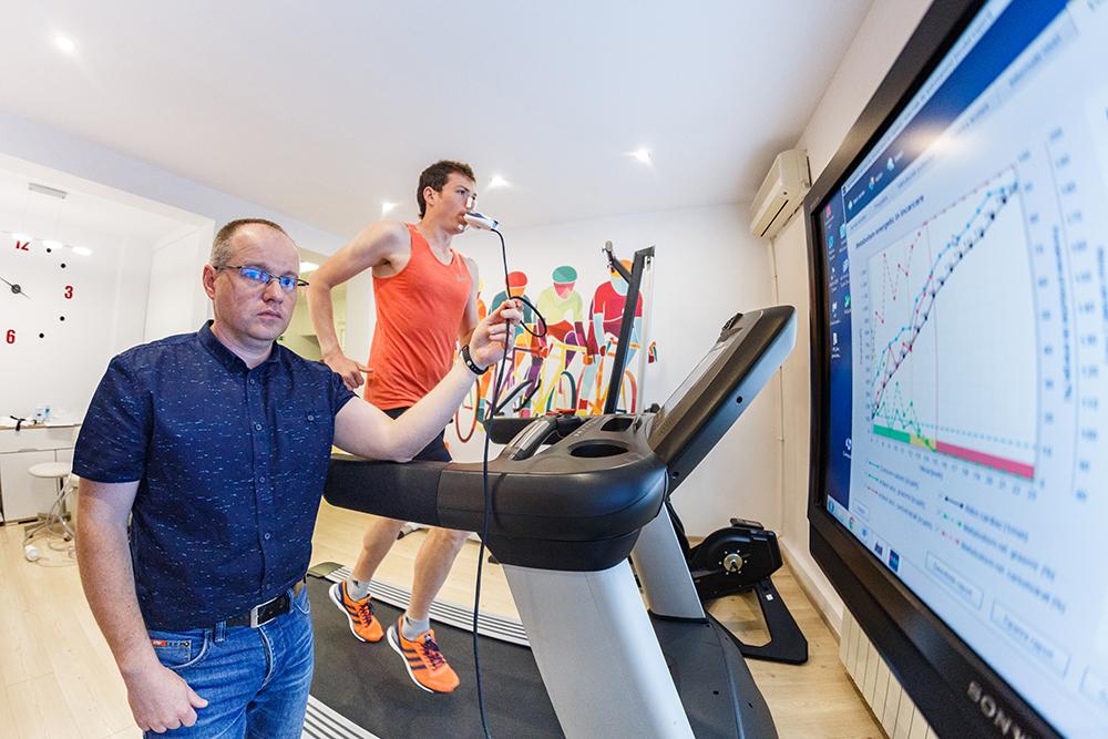 Cum să slăbeşti la birou, în 45 de minute: exerciţii şi dietă