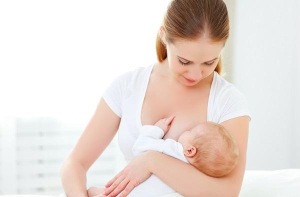 mamă care alăptează încercând să slăbească băiat sau fată de slăbit