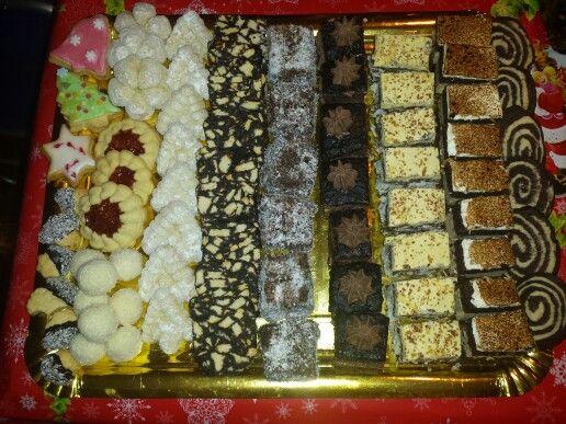 Fursecuri fragede cu unt, glazurate cu ciocolata si nuca