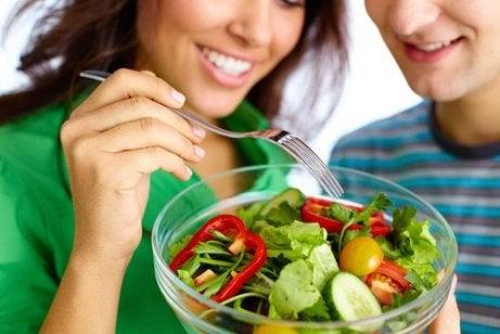 Este posibil pentru a pierde in greutate, daca mananci numai salate